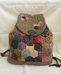 Hand sewn backpack: Hexagon & hexagon - by quiltmari Hexagon Patchwork, Japanese Patchwork, Japanese Bag, Hexagon Quilt, Patchwork Bags, Quilted Bag, Quilt Making, Bag Making, English Paper Piecing