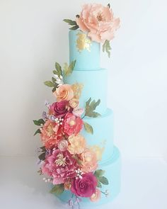 """Life is art, live yours in colour"" Happy long weekend everyone! . #longweekendvibes #colour #art #celebration #cake #weddingcake #torontoweddings #torontoevents #goldleaf #cakeartist #sugarflowers #amandafoongcakes"