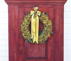 Festive and colorful, these unique Christmas door decorating ideas — including wreaths, garland, and more — will welcome holiday guests into your home. Christmas Wreaths To Make, Christmas Door Decorations, Holiday Wreaths, Christmas Crafts, Holiday Decor, Party Girlande, Navidad Diy, Green Wreath, Wreath Forms