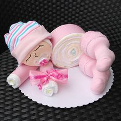 BABY SHOWER~ BABY GIRL DIAPER CAKE. Süßes Windelbaby in rosa - 12 Windeln der Marke Pampers Premium Protection New Baby (Größe 2, 3-6 kg) - Babyaccessoires: Schnuller, Erstlingssöckchen, Erstlingsmütze - Deko: Diverse...