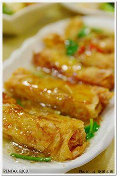 mock scallop stuffed tofu skin roll | Taiwanese Vegetarian Cuisine Tofu Recipes, Delicious Vegan Recipes, Asian Recipes, Vegetarian Recipes, Cooking Recipes, Chinese Recipes, Chinese Food, Taiwan Street Food, Taiwan Food
