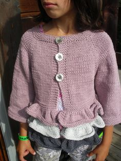 Il topdown a volant . Knitting For Kids, Baby Knitting Patterns, Top Down, Tutu, Cardigan, Baby Dress, Knitwear, Girl Outfits, Pullover