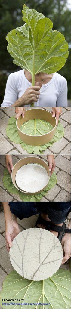 1. Misturar o cimento com água, até ficar igual a um mingau. Mexer por cerca de 10 minutos.  2. Cortar um papel de tamanho adequado.  3. Untar a folha de ruibarbo para que se solte, colocá-la em uma superfície plana, protegida com um plástico.  4. Empurre o anel de papel contra a folha e preencha com o concreto. Bata suavemente para evitar bolhas de ar.  5. Coloque um peso sobre o aro, para firmá-lo no lugar.  6. Deixe o concreto queimar por um dia.  Fonte: http://hemmariket.se/2009/june/