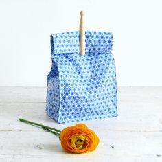 http://www.chezpiu.com/product/sac-a-gouter-tissu-enduit-motif-japonais Sac à goûter en tissu enduit, motif japonais bleu et pince à linge en bois rétro. Lunch bag à emporter partout. Existe en rose également ♥ ♥♥ Visitez www.chezpiu.com, une boutique de décoration fabrication artisanale en petites séries. #lunchbag#tissujaponais