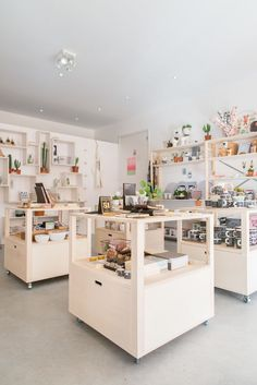 Balloon shop, tiny shop, pop up stores, boutique salon, boutique interior design Gift Shop Interiors, Store Interiors, Shop Interior Design, Design Shop, Retail Interior, Interior Modern, Bookstore Design, Stationary Shop, Retail Store Design