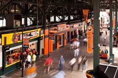 O estúdio Ashton Design foi o responsável por desenvolver e manter a imagem gráfica do Oriole Park, USA, desde 1992 buscando inspiração na história do time e da cidade.  Foi feita uma releitura para o aniversário de 20 anos, acrescentando à paleta de cores cinco graduações do amarelo até o laranja Oriole, complementando o icônico padrão da fachada de tijolos vermelhos do armazém e o padrão verde Camden do Baltimore Baseball Club de 1980.
