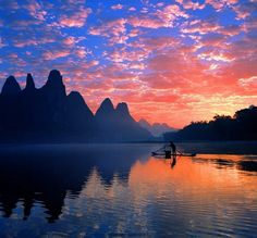 Eine entspannende Bootsfahrt auf dem Li Fluss durch die weltberühmte Landschaft mit den Karstkegelbergen bis Yangshuo ist ein Erlebnis!