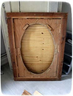 Werkstück eines antiken Spiegels mit Schwingen    aus Cartapesta Dura, Holz, Spiegelscheiben         VORHER      Materialbeschaffung:   ...