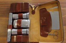 Billede fra http://www.vintagebowties.co.uk/ekmps/shops/timmypickles/images/men-s-vintage-grooming-travel-kit-in-leather-zip-case-chrome-plate-wood-accessories-1321-p%5Bekm%5D227x151%5Bekm%5D.jpg.