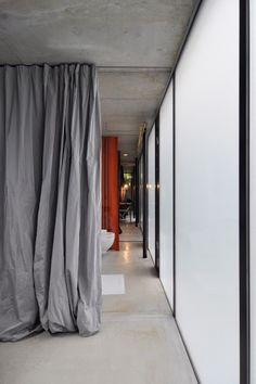 カーテンはカクテルドレスを二重にしてつくったもの。スペースごとに色を変えている。