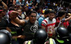 Manifestantes anti-Maduro entram em choque com a polícia em Caracas - 18/05/2016 - Mundo - Folha de S.Paulo