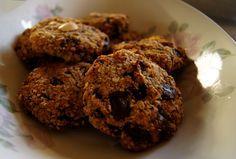 Havermout Chocolate Chip Cookies 8 koekjes 50gr pure chocolade >75% 1 banaan 1 tl vanille extract 37gr kokosolie 100gr havermout 30gr amandelmeel 25gr kokosschaafsel 1 tl kaneel één snuf zout 1/2 tl bakpoeder Verwarm de oven voor op 180graden Brokkel de chocolade fijn Prak de bananen in een kom en en mix samen met vanille, kokosvet, havervlokken, amandelmeel, kokos, zout, kaneel en bakpoeder. Roer de chocolade erdoor. Kneed het geheelgoed. Maak vormpjes en bak ze (draai ze om