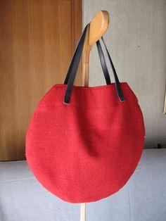 「赤いウールの丸型バッグ」赤いウールの布があったので、何か作れないかと思って考えたバッグです。 コロンとしたフォルムがかわいいです。[材料]表布 ウール地レッド/裏布 木綿レッド/厚手芯/ポケット 木綿レッド/持ち手 ゴウヒ46センチ Japanese Bag, Diy Tote Bag, Diy Handbag, Round Bag, Handmade Purses, Sewing Hacks, Bag Making, Lana, Purses And Bags
