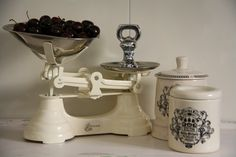 .OH!! THIS IS IT I WANT THIS  <3  IT  :)  xx Farmhouse Chic, Vintage Farmhouse, Vintage Kitchen, Vintage Tools, Vintage Decor, Old Scales, Vintage Alarm Clocks, Farm Cottage, Weight Scale