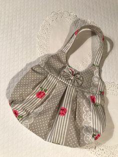 Petit sac en coton imprimé, de dimension 30 x 22 cm, orné d'un noeud assorti. Doublure en coton. Idéal pour transporter petits trésors, vêtements de poupée et accessoires divers indispensables!