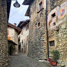 Oggi vi auguriamo un buon fine settimana con una foto dalla provincia che ospita la nostra sede di #Trento di @emmebi420 (che vi consigliamo di seguire!) #trentino #leevialife #socialmedia #startuplife #weekend --- Tenno north Italy