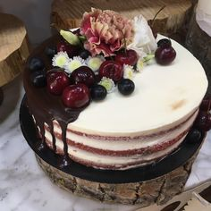 red velvet con dripp de chocolate, frutas y flores