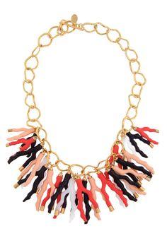 Estamos obsesionadas por el coral: ¿os compraríais este collar?