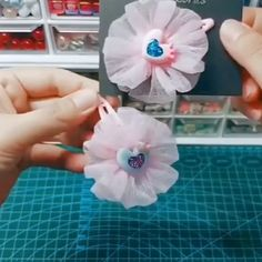 Paps e Moldes de Artesanato [Video] Diy Hair Bows, Making Hair Bows, Ribbon Hair Bows, Diy Bow, Diy Ribbon, Ribbon Crafts, Flower Crafts, Tulle Hair Bows, Tulle Crafts