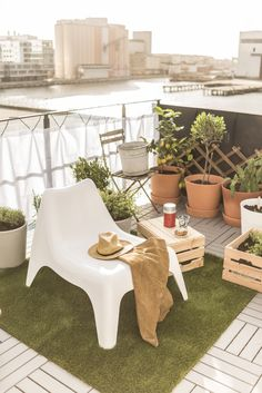 IKEA PS VÅGÖ tuinstoel | IKEA IKEAnl IKEAnederland inspiratie wooninspiratie interieur wooninterieur buiten balkon outdoor tuin stoel zomer lente wit fauteuil KNAGGLIG kist INGEFÄRA bloempot met schotel groen plant planten RUNNEN vlonder