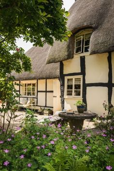 A tour of the charming Pollyanna Cottage in the Cotswolds, which you can rent for your next holiday in the U. through Unique Home Stays. Country Cottage Living Room, Cottage Style, Country Cottages, English Cottages, Cotswold Cottages, Cottage Design, Cottage Chic, Beautiful Buildings, Beautiful Homes