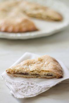 La Spongata, un dolce tipico di Sarzana, due sfoglie di pasta friabile che racchiudono un morbido ripieno di marmellate, frutta secca e spezie.