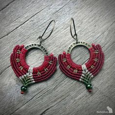 The thin mm linhasita thread gives a very fine look to the handmade macrame earrings Colors of thread: burgundy, vanilla and olive green. Macrame Earrings, Macrame Jewelry, Diy Jewelry, Crochet Earrings, Brown Earrings, Micro Macramé, Macrame Knots, Artisanal, Leather Cord