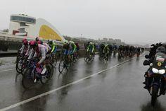 Los ciclistas pasan junto al Centro Cultural Oscar Niemeyer (Avilés) Vuelta Ciclista a Asturias 2017
