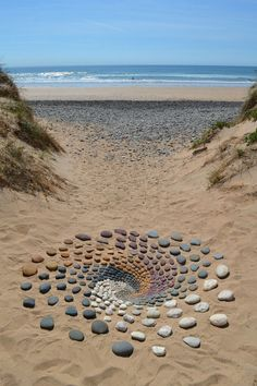 Jon Foreman discovered land art while in college and immediately fell in love with it. He felt that the natural world had more in it to be explored, particularly where he lives, Pembrokeshire, Wales. Land Art, Art Sculpture, Sculptures, Art Plage, Kunst Der Aborigines, Art Environnemental, Art Et Nature, Nature Artists, Art Rupestre
