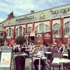 Hiljattain remontoitu Hietalahden kauppahalli tarjoilee makuelämyksiä vanhan ajan malliin. / The Hietalahti market hall offers gourmet food in a delightful atmosphere.