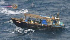 Barco que acredita-se ser da Coreia do Norte rebocado pela Guarda Costeira. A Guarda Costeira do Japão está rebocando um barco de madeira que se acredita se