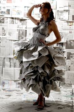 Watch out for papercuts with that upcycled newspaper dress. Paper Fashion, Fashion Art, Fashion Design, Fashion Trends, Paper Clothes, Paper Dresses, Barbie Clothes, Vetements Clothing, Recycled Dress