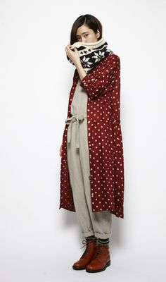 polkadot duster and neutralsthat jumper looks so darn comfylove the colors, long sweater, everythingbest infit ever!Burgundy, white, and taupe Look Fashion, Winter Fashion, Fashion Outfits, Womens Fashion, Parisienne Chic, Couture, Dandy, Lounge Wear, What To Wear