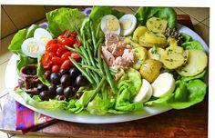 Ingrédients : Salade: 100 g de mesclun (mélange de salades) 250 g de haricots verts 4 tomates moyennes, mûres mais fermes. 4 œufs durs 100 g de filets d'anchois 100 g d'olives noires 100 g d'olives vertes 1 concombre Vinaigrette 3 c. à soupe d'huile d'olive 1 trait de vinaigre balsamique (qu'on peut remplacer par