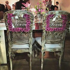 Linda essa placa para cadeira dos noivos, por @scardsconvites!!!! #laltare #assessoria #scardsconvites #weddingplanner #placadosnoivos