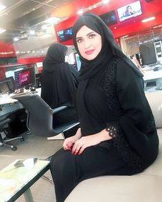The traditional Bahraini woman dress is an abaya, a long loose-fitting black gown, worn along with a black cloth on the head called the hijab. Arab Girls Hijab, Girl Hijab, Muslim Girls, Beautiful Iranian Women, Beautiful Hijab, Mode Abaya, Mode Hijab, Indian Girls Images, Niqab Fashion
