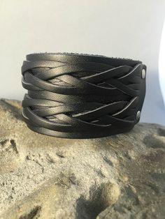 Candelaria Joyas - Pulsera hombre cuero negro trenzado. Disponible en nuestra tienda online www.candelariajoyas.cl