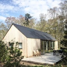 Barnhouse Cabin - Perfect weather this weekend to celebrate Hugo's. Building A Cabin, Tiny House Cabin, Rural House, Modern Farmhouse Exterior, Modern Barn, Cabins In The Woods, Home Fashion, Style Fashion, Exterior Design