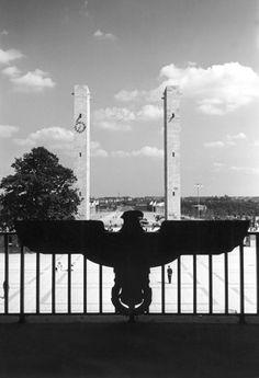 Vom Eingang des Olympiastadions mit Blick in Richtung Olympische Brücke. Berlin, 1936. o.p.