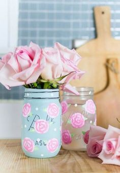 Painted Rose Flower on Mason Jar - Easy Rose Painting Tutorial Uses For Mason Jars, Mason Jar Gifts, Mason Jar Diy, Mason Jar Flower Arrangements, Mason Jar Flowers, Mason Jar Projects, Diy Projects, Jar Crafts, Diy And Crafts