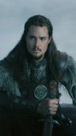 V roce 872, kdy většina království v dnešní Anglii padla do rukou Vikingů, dokázal Wessex jako jediný nájezdům pod velením krále Alfréda Velikého vzdorovat. Uhtred, syn saského šlechtice, se stane kvůli Vikingům sirotkem. Navíc jej unesou a vychovají mezi sebou. Donucen vybrat si mezi zemí svého původu a lidmi, kteří jej vychovali, je jeho loajalita věčně testována. Kdo je, Sas, nebo Viking? Uhtred se musí pohybovat na pomezí mezi oběma stranami, aby mohl sehrát svou roli při vzniku nového…