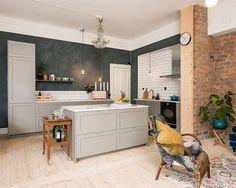 Otroligt fint och mysigt kök med grå P1 luckor. 😍 #kök #köksluckor #p1 #ncs #grå #gray #cozy #kitchen #tegel #tegelvägg #brick #brickwall #livingroom #kitchenisland #köksö #ikea #inspiration #interior #interiör #ikeakök #ikeahack #kitchenlife #kitcheninspo #interiordesign #decor #decoration #scandinavian