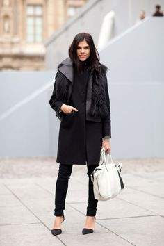 Paris Fashion Week: Emily Weiss from Vogue witha trench and fur, two things i love. Look Street Style, Autumn Street Style, Street Chic, Street Styles, Paris Street, Look Fashion, Paris Fashion, Womens Fashion, Vogue