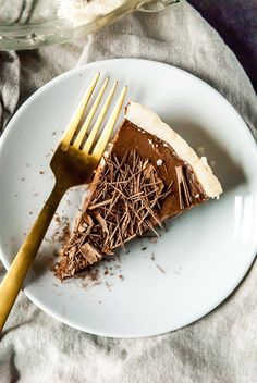 This soy-free vegan chocolate cream pie is made with coconut milk, a shortbread crust, and lots of chocolate. An easy vegan dessert recipe! Strip Steak, Lemon Desserts, Healthy Dessert Recipes, Baking Desserts, Healthy Cake, Delicious Desserts, Cake Recipes, Vegan Recipes Videos, Vegan Recipes Easy