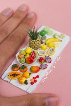 Miniature food art replica of exotic fruit. Polymer clay sculpture by Stephanie Kilgast Fimo Polymer Clay, Crea Fimo, Polymer Clay Sculptures, Polymer Clay Miniatures, Polymer Clay Projects, Dollhouse Miniatures, Barbie Food, Doll Food, Miniature Crafts