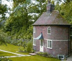 oval cottage... how oddly cute!