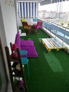 modele de terrasse couverte avec des stores a rayures blanc et bleu marin