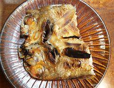 若狭焼き 水洗いして鱗つきのまま開いて振り塩にする。開いたのをとじて一晩寝かせる。この一塩のアマダイを皮目に甘口の日本酒を塗りながら焼く。鱗はすき引きにしてもいい。頭部の皮は特別な味である。(ボウズコンニャク)