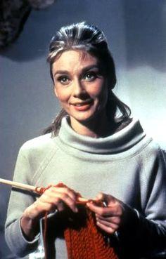 Audrey Hepburn knitting [fr breakfast at tiffanys] Audrey Hepburn, George Peppard, Knit Art, Breakfast At Tiffanys, Knitting Yarn, Knitting Room, Knitting Club, Knitting Needles, Knitting Patterns