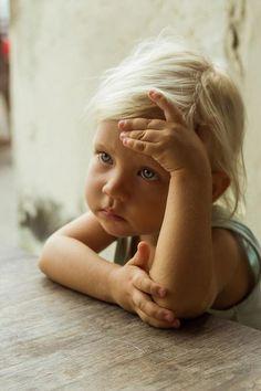 A quoi pense-t-elle cette adorable petite fille?